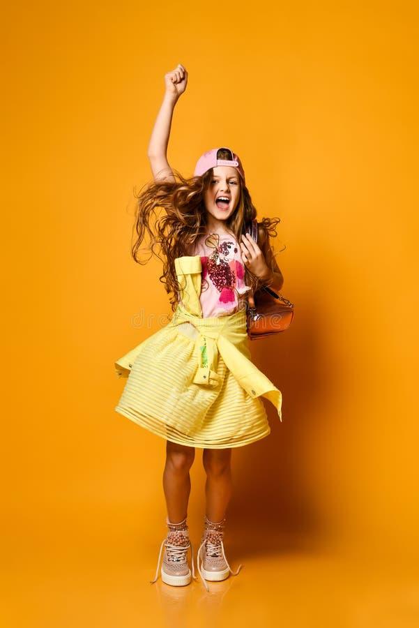 Moda i ludzie poj??: elegancka dziewczyna w przypadkowych ubraniach, pozuje fotografia stock