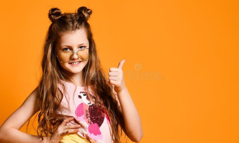 Moda i ludzie poj??: elegancka dziewczyna w przypadkowych ubraniach, pozuje zdjęcie stock