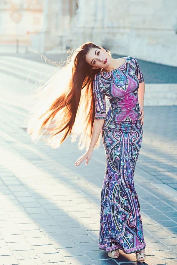 Moda i pi?kno biznesowa dama Seksowna dziewczyna w eleganckiej sukni Dziewczyna Z splendoru Makeup Luksusowa kobieta w wiecz?r su zdjęcia stock
