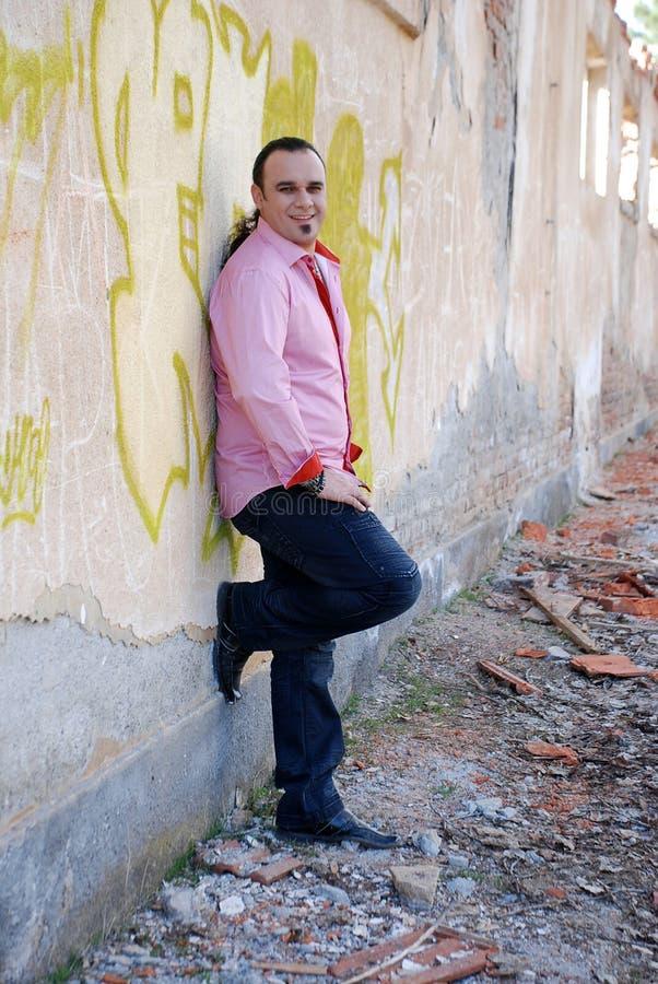 Moda, mężczyzna w różowy koszulowy ono uśmiecha się zdjęcia royalty free