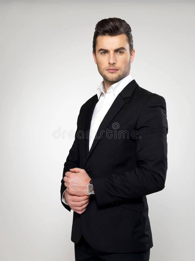 Moda młody biznesmen w czarnym kostiumu obraz royalty free
