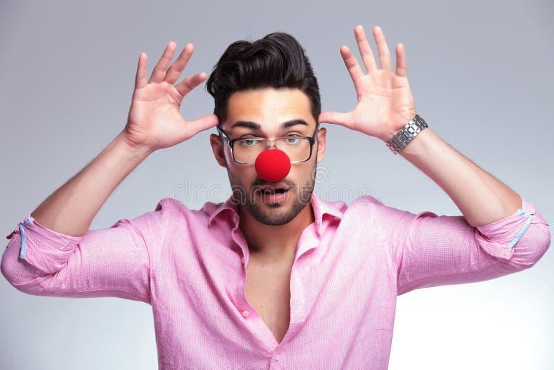 Moda młody człowiek z czerwony nosa postępować szalony zdjęcia stock