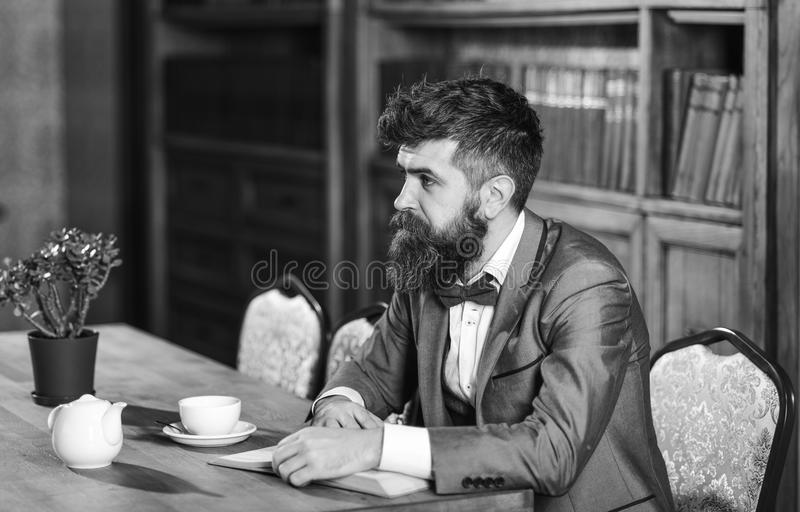 Moda masculina, estilo de lujo, trabajo, éxito, concepto del negocio Hombre barbudo en traje formal con la taza de té foto de archivo libre de regalías