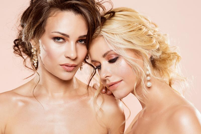 Moda modelów piękna portret, Dwa kobiet Makeup Piękna fryzura, Seksowny dziewczyny studia portret zdjęcia stock