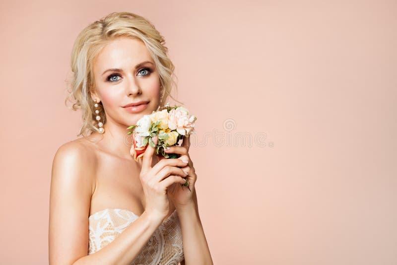 Moda modelów piękna portret z kwiatami, Pięknej kobiety Nagim Makeup i fryzurą, dziewczyny studio Strzelający na beżu obrazy stock
