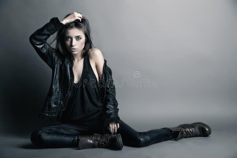 Moda model jest ubranym skóry kurtkę i spodnia obraz stock