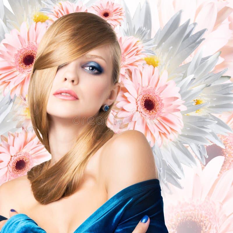 Moda model nad bukietem kwiatu tło zdjęcie royalty free