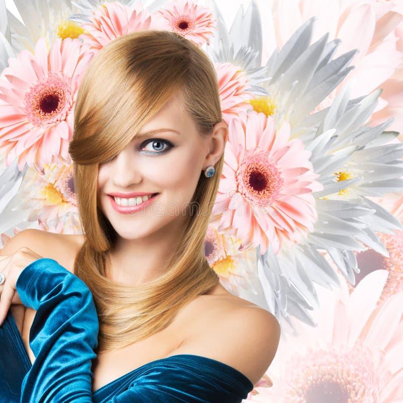 Moda model nad bukietem kwiatu tło obraz royalty free