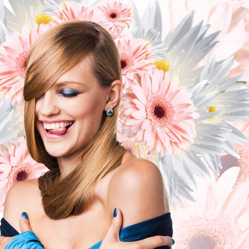 Moda model nad bukietem kwiatu tło obrazy royalty free