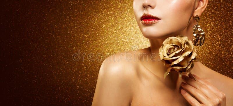 Moda Model Piękno Makijaż, Piękna Kobieta trzyma Złoty Kwiat Rose i Luksusowy Złoty Makijaż zdjęcie stock