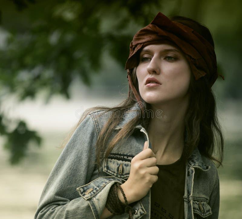 Moda model pozuje w lato parku zdjęcie royalty free