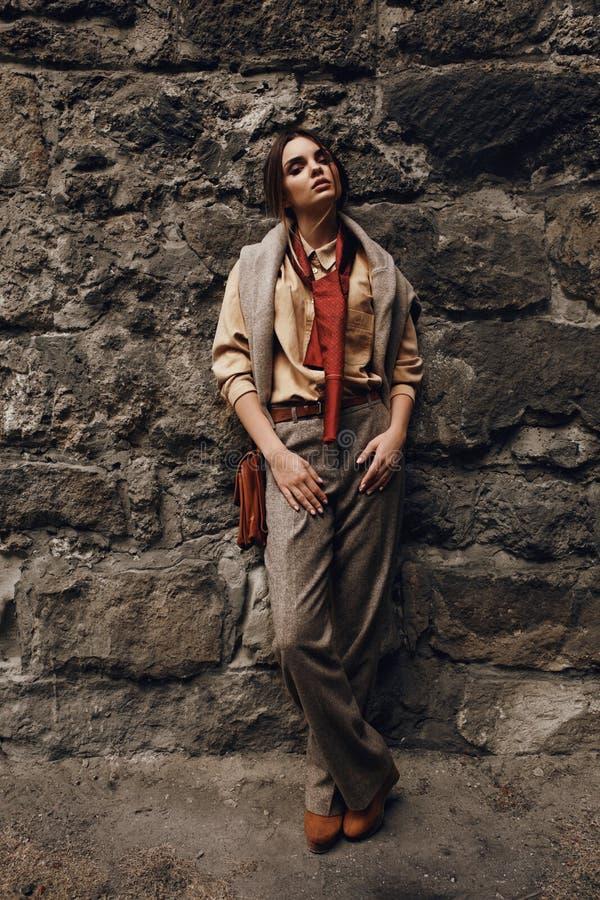 Moda model W Modnych ubraniach najbliższa ścianki piękna kobieta zdjęcie stock
