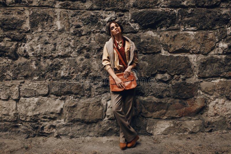 Moda model W Modnych ubraniach najbliższa ścianki piękna kobieta zdjęcia royalty free