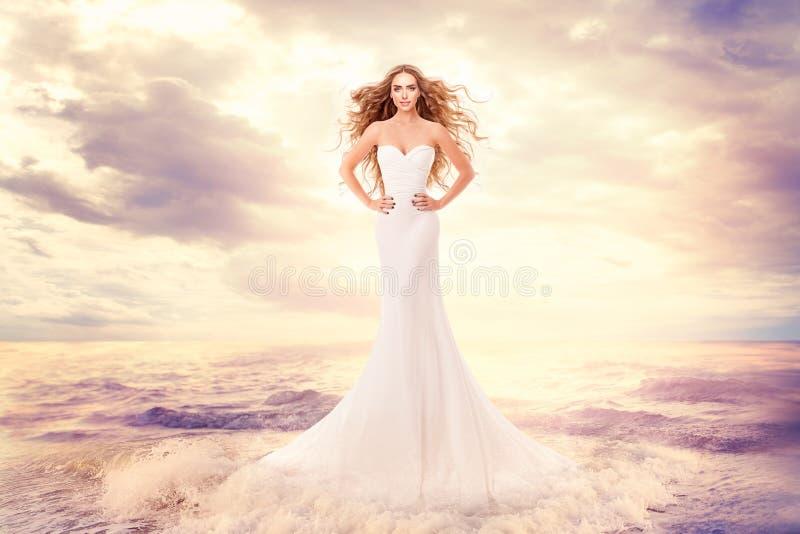 Moda model w morze falach, Piękna kobieta w Eleganckim biel sukni fryzury falowaniu na wiatrze, sztuka portret zdjęcie royalty free
