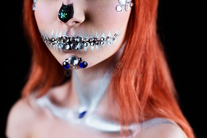 Moda model z Halloween czaszki makeup z błyskotliwością i rhinestones zdjęcia royalty free