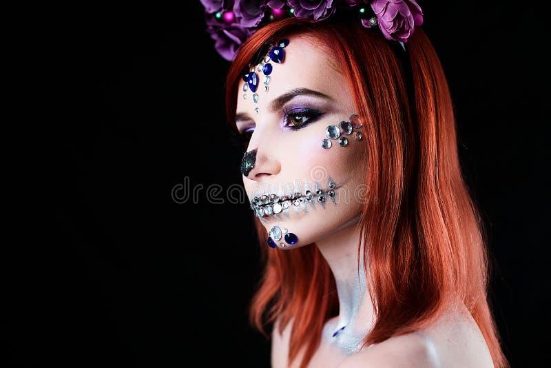 Moda model z Halloween czaszki makeup z błyskotliwością i rhinestones obraz stock