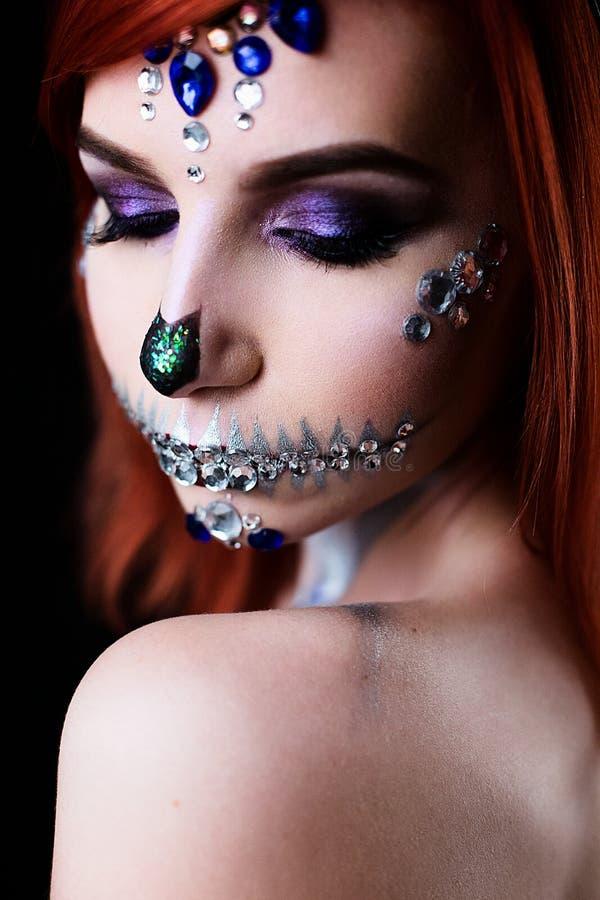 Moda model z Halloween czaszki makeup z błyskotliwością i rhinestones obraz royalty free