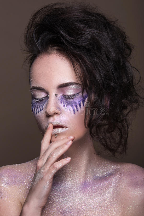 Moda model z kolorowym makijażem i błękitną błyskotliwością i błyska na jej ciele i twarzy zdjęcia stock