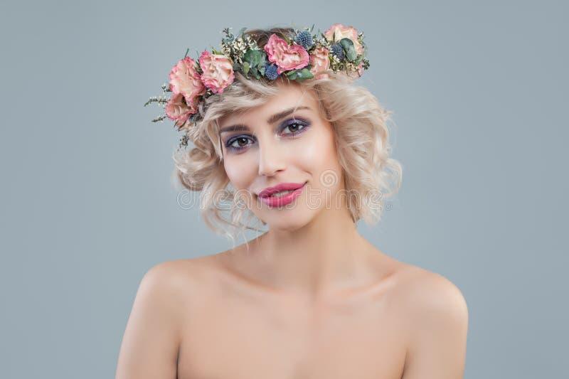 Moda model z kwiatami Rozochocona blondynki kobieta z kr obrazy stock