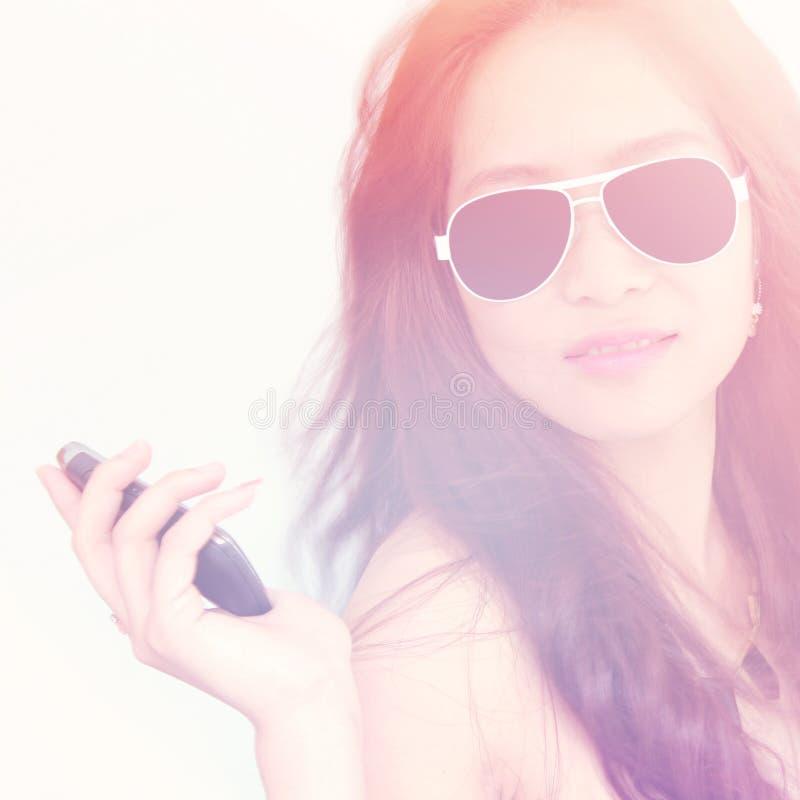 Moda model Z telefonem komórkowym obrazy royalty free