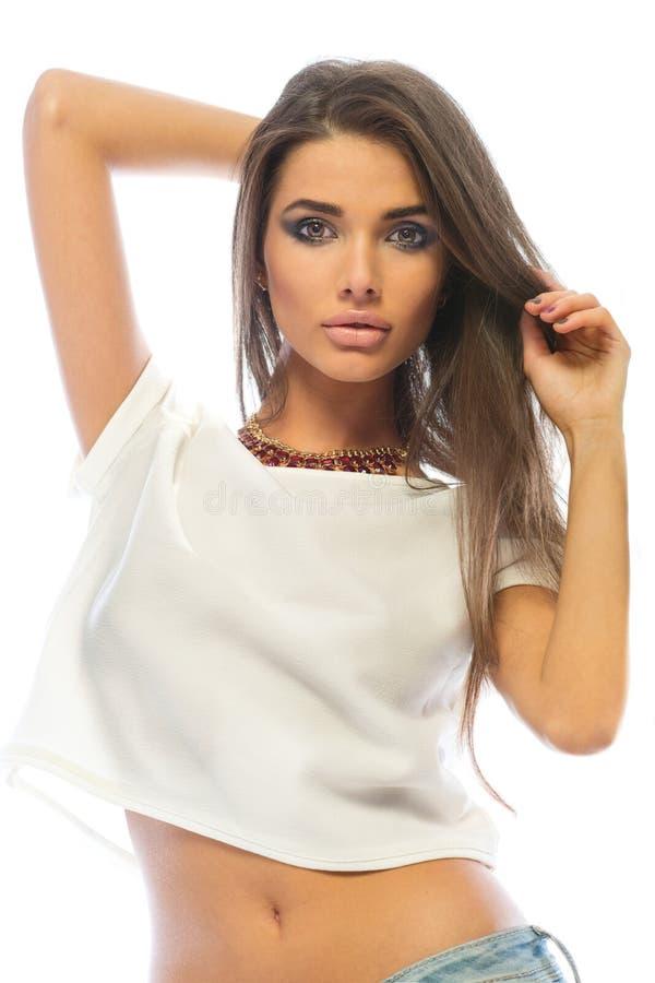 Moda modela brunetki kobieta z pięknymi wargami i długie włosy pozować zdjęcia royalty free