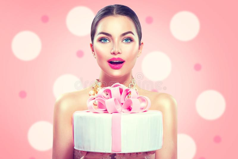 Moda modela dziewczyna trzyma pięknego przyjęcia lub urodzinowego torta zdjęcie royalty free