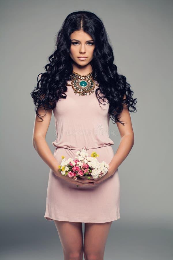 Moda modela dziewczyna w Małej menchii sukni fotografia stock