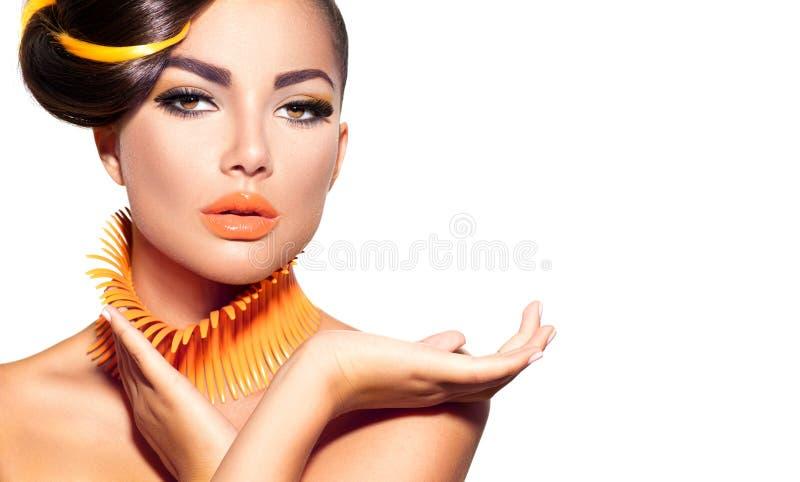 Moda modela dziewczyna z żółtym i pomarańczowym makeup zdjęcie royalty free