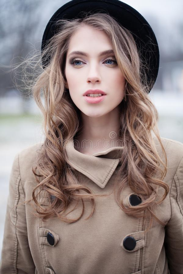 Moda modela kobieta w czarnym kapeluszu outdoors zdjęcia royalty free