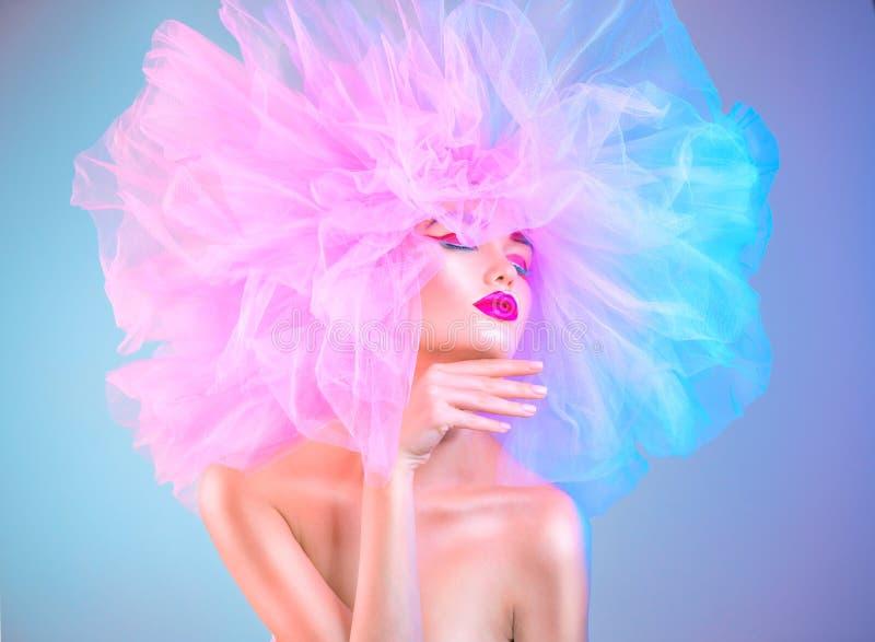 Moda modela kobieta w kolorowy jaskrawy świateł pozować, portret piękna seksowna dziewczyna z modnym makeup i kolorowy różowy ucz obraz stock