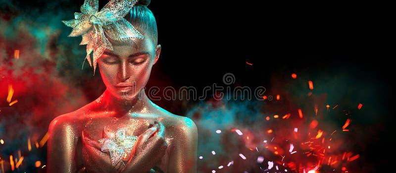Moda modela kobieta w kolorowy jaskrawy złotym błyska i neonowi światła pozuje z fantazją kwitną piękna dziewczyna portret obrazy stock
