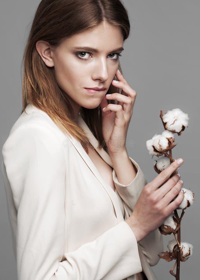 Moda modela kobieta z bawełnianej rośliny piłkami w ona obrazy royalty free
