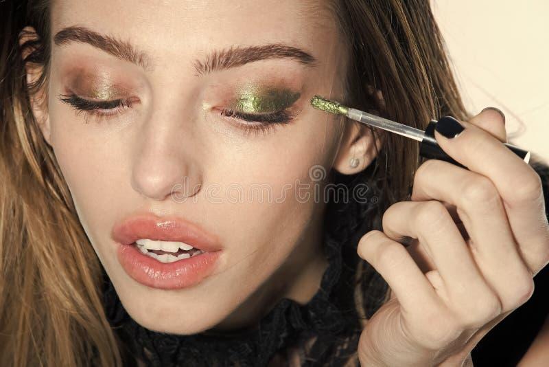 Moda modela kobiety fece zakończenie up Twarzy kobieta z szczęśliwą emocją Kobieta z długie włosy i modnym makeup obraz stock