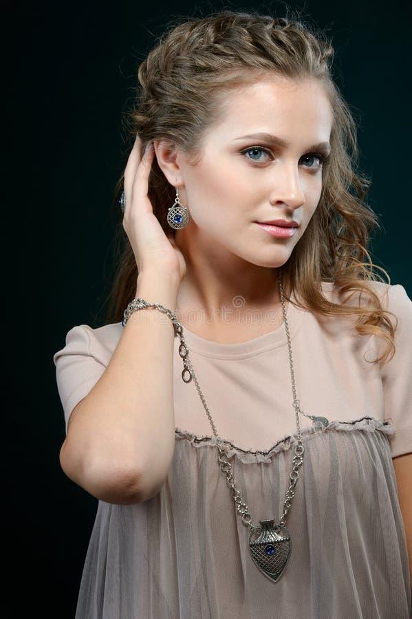 Moda modela odzieży projektanta elegancka biżuteria i akcesorium fotografia stock