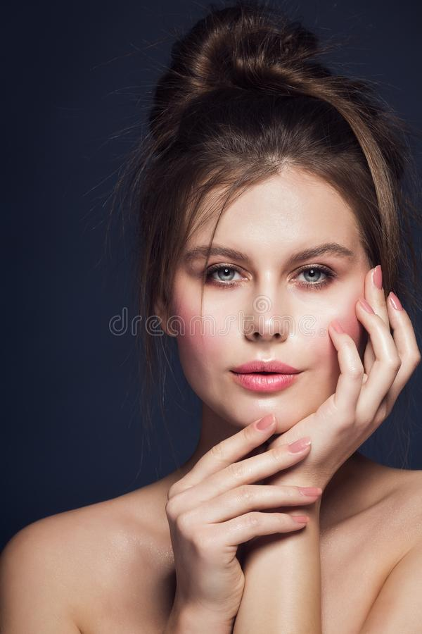 Moda modela piękna Makeup portret, kobieta gwoździ Różowy połysk, wargi Uzupełnia, Rozczochruje, Włosianego styl zdjęcie royalty free