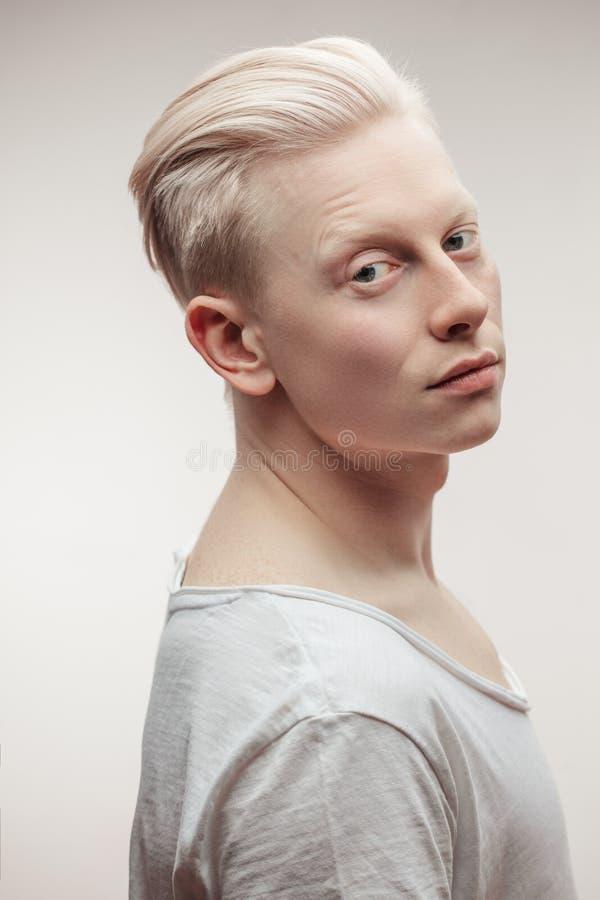 Moda modela samiec na bielu Przystojny albinosa faceta zbliżenie zdjęcie royalty free