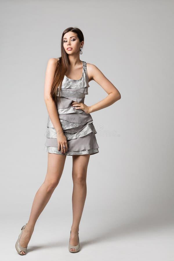 Moda modela srebra suknia, kobieta Folował długość Pracownianego portret, dziewczyny pozycja na bielu zdjęcie royalty free