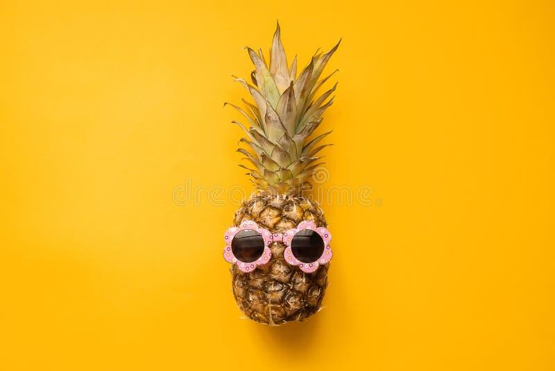 Moda modnisia ananas w okularach przeciwsłonecznych Jaskrawy lato kolor owoce tropikalne Kreatywnie sztuki poj?cie Minimalny styl zdjęcia royalty free