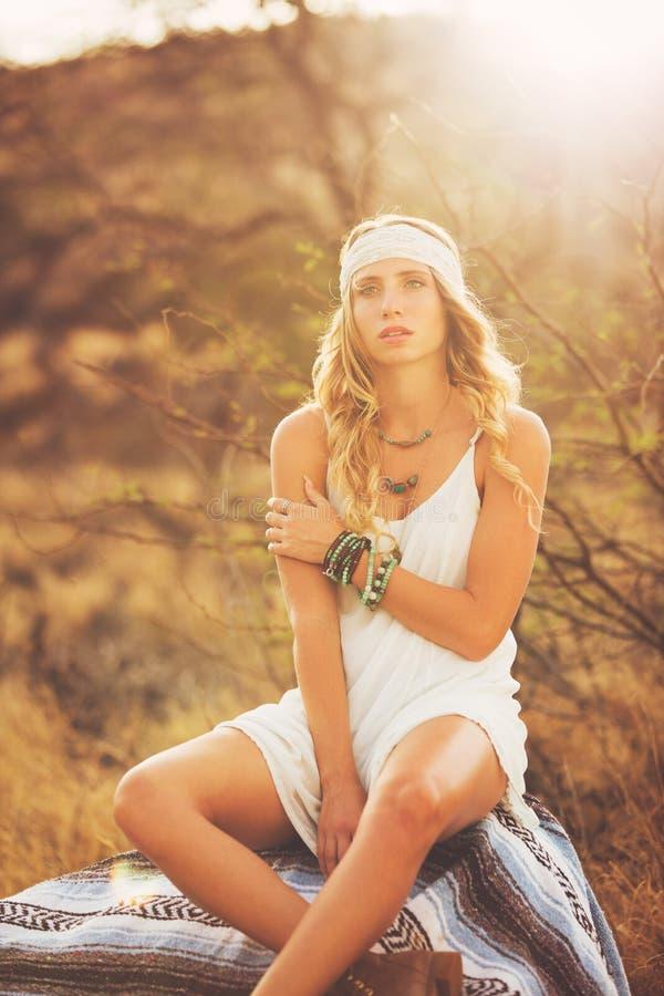 Moda, mujer joven al aire libre en la puesta del sol fotografía de archivo libre de regalías