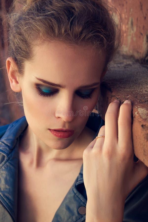 Moda plenerowy portret piękna młoda dziewczyna zdjęcie stock