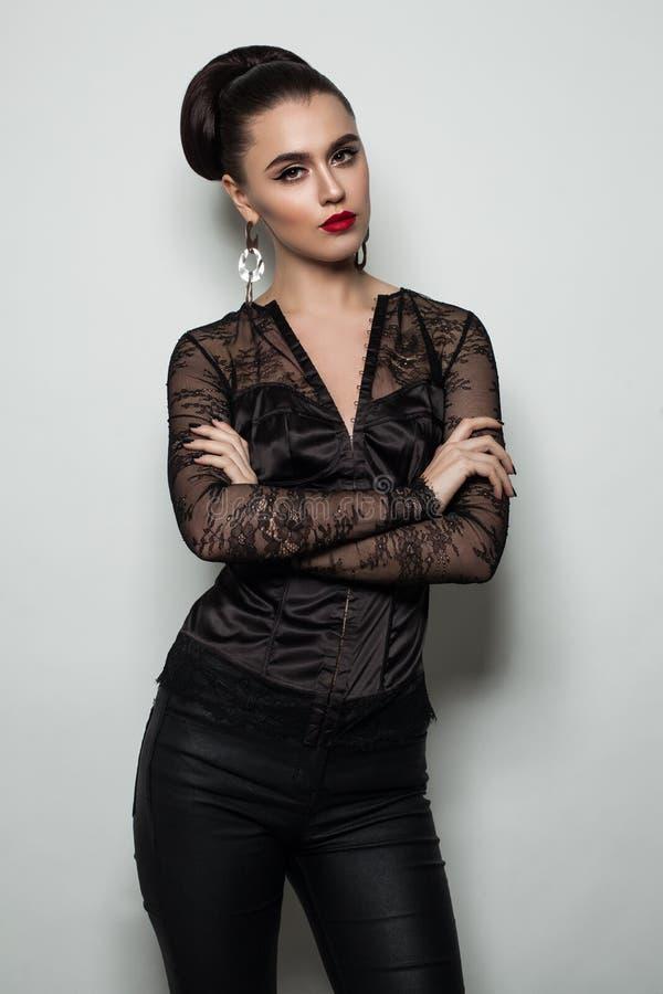 Moda portret brunetki kobieta w Czarnej Koronkowej bluzce fotografia stock