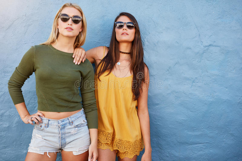 Moda portret dwa przyjaciela pozuje wpólnie obraz stock