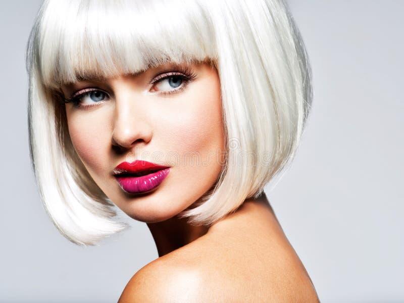 Moda portret kobieta z koczek fryzurą zdjęcia stock