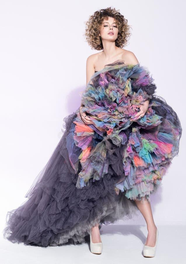 Moda portret piękna młoda kobieta w luźnej popielatej sukni z colour spódnicą obraz royalty free