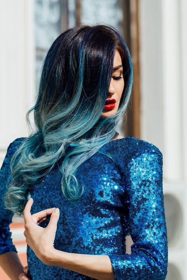 Moda portret wspaniała dziewczyna z błękit farbującym włosy długo Piękna wieczór koktajlu suknia zdjęcia royalty free