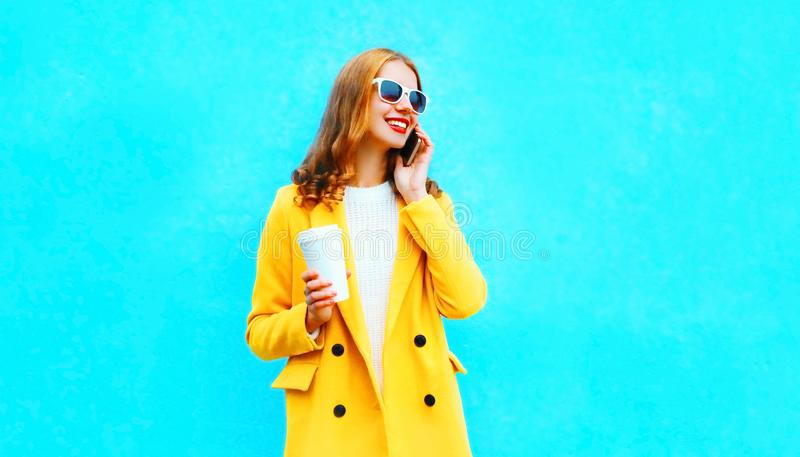 Moda portreta kobiety uśmiechnięte rozmowy na smartphone trzymają filiżankę kawy fotografia stock