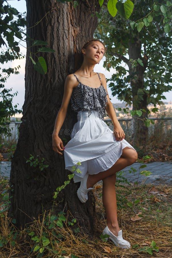Moda portreta krótkopęd piękna nastoletnia dziewczyna zdjęcie royalty free