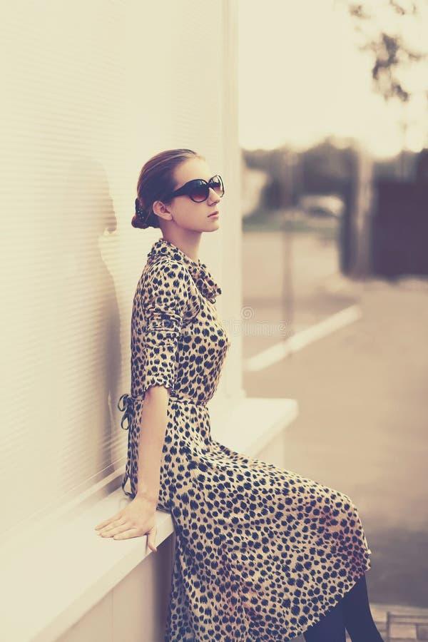 Moda rocznika styl - piękna elegancka kobieta w lampart sukni obraz stock