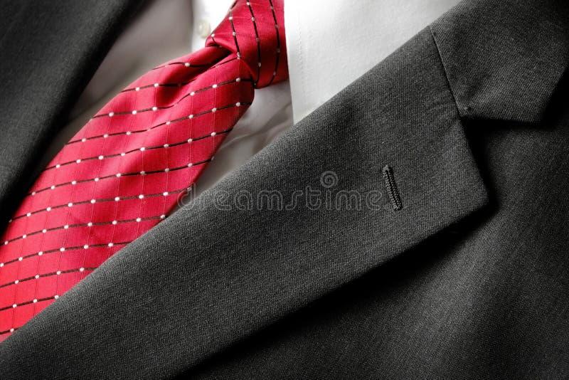 Moda roja del desgaste formal del lazo de la camisa blanca del traje de negocios imagen de archivo