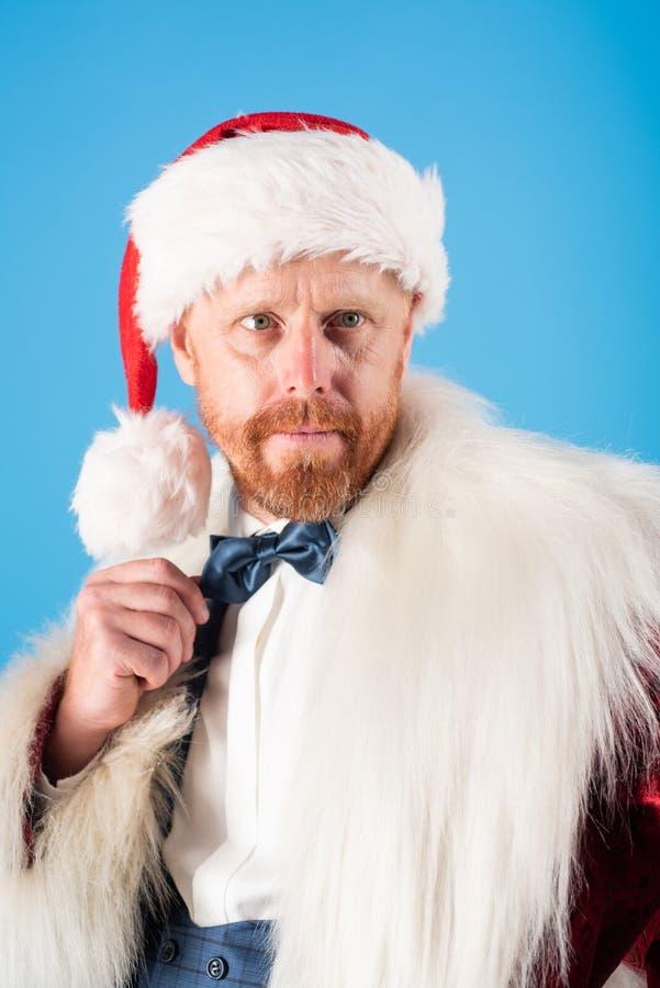 Moda santa Papá Noel con el traje de la Navidad Año Nuevo divertido Muchos ornamentos y regalos del día de fiesta Feliz Año Nuevo imagen de archivo libre de regalías